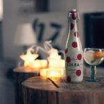 LOLEA Nº2 Sangria artisanale réalisée à parti de vin blanc (cépages Macabeo et Chardonnay), de jus d'orange et de citron naturel ainsi qu'une pointe de vanille. Notre sangria ne subit pas de pasteurisation afin de préserver toutes les caractéristiques du vin. Une note pétillante pleine de fraîcheur à consommer avec modération. Servir frais dans un verre avec beaucoup de glaçons accompagné d'agrumes, d'ananas ou de fraises. Surprenante avec de la menthe fraiche.